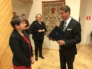 Stadsstyrelsens ordförande Tapani Mäkinen gratulerar